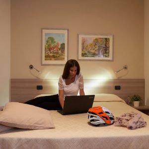 Camera matrimoniale hotel Da Romagnolo, a Noventa Vicentina. Ospite al computer