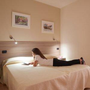 Camera matrimoniale hotel Da Romagnolo, a Noventa Vicentina. Ospite mentre legge un libro