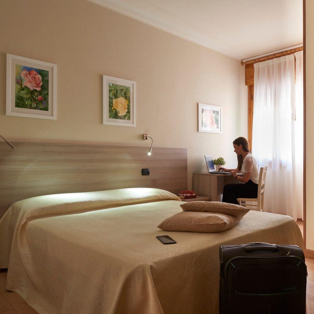 Ospite dell'hotel Da Romagnolo al computer
