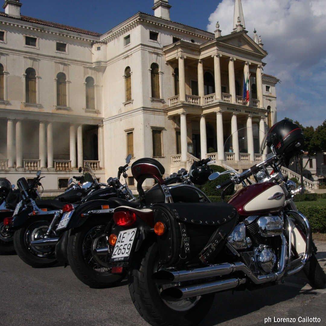 Harley Davidson davanti Villa Barbarigo - foto di Lorenzo Cailotto