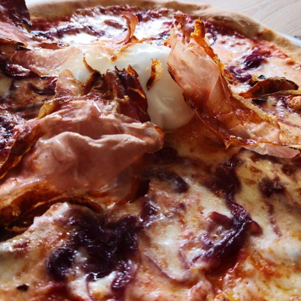Pizza burrata, cipolla rossa caramellata, speck croccante Alto Adige IGP Senfter