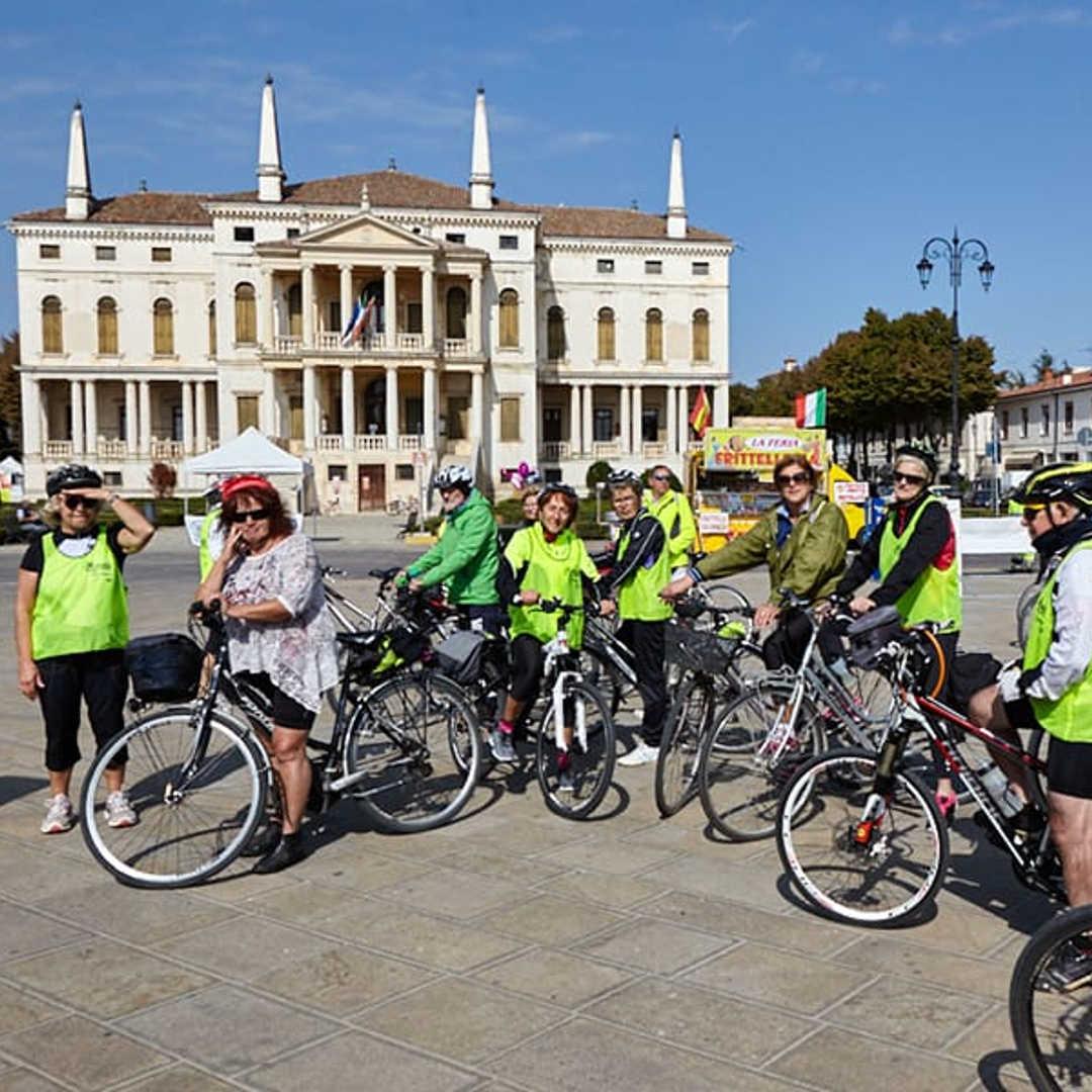 Raduno bici davanti Villa Barbarigo